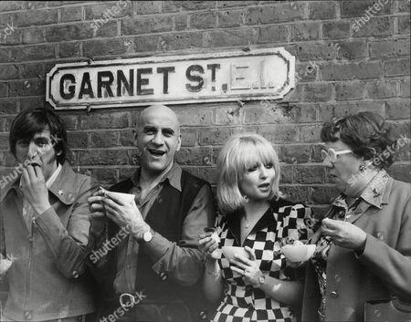(l-r) Paul Angelis Warren Mitchell Adrienne Posta And Dandy Nichols Eating Jellied Eels In Garnet Street E1 On Set Of Feature Film 'the Garnet Saga'.