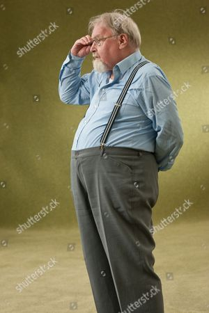 Stock Picture of Alasdair Gray wearing an 'Aye' badge