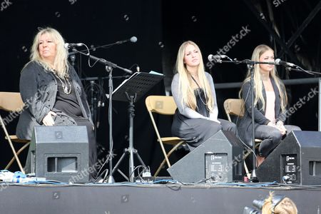 Judie Tzuke on stage with daughters Bailey and Tallulah
