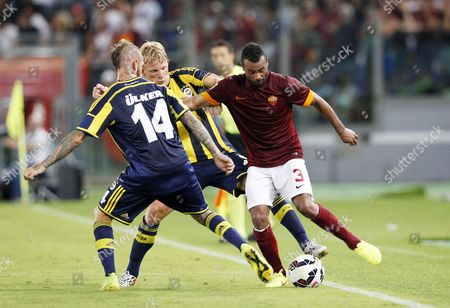 Ashley Cole (R) in a contrast with Dirk Kuijt and Raul Meireles (F)