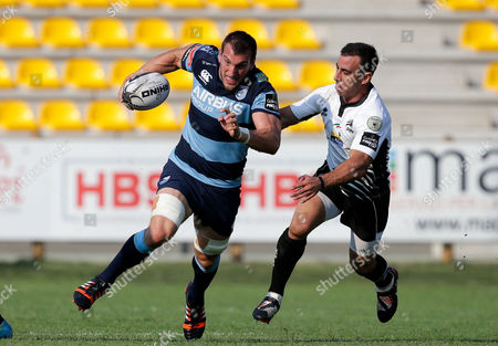 Sam Warburton holds off Luciano Orquera