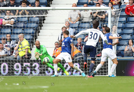 Everton's Tim Howard pulls off a great save from West Bromich Albion's Georgios Samaras