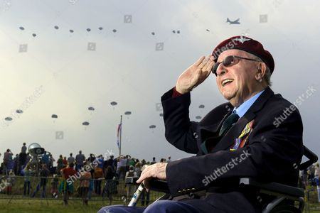 Bill Carter, 90, formerly of 1 Para, who jumped at Arnhem watches the para drop