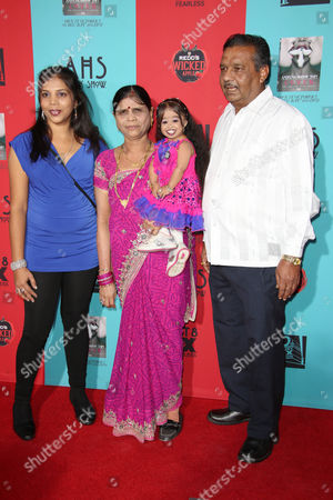 Jyoti Amge with sister and parents