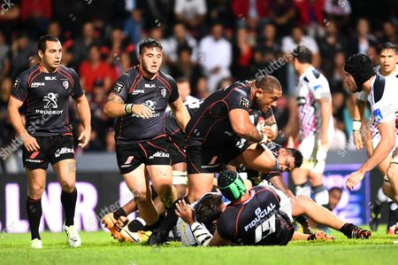 Toulouse's player Neemia Tialata in action in front of Cyril Baille and Jean-Marc Doussain