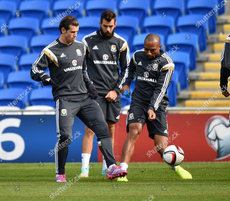Gareth Bale and Danny Gabbidon during training