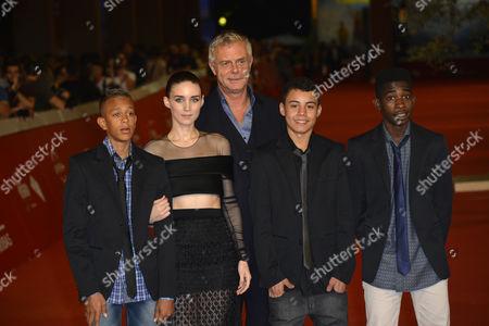 Stephen Daldry with Rooney Mara, Eduardo Luis, Rickson Tevez, Gabriel Weinstein