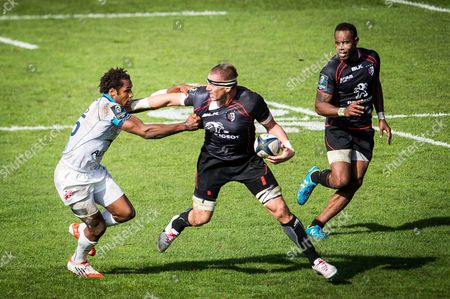 Imanol Harinordoquy vies for the ball with Montpellier's player Benjamin Fall in front of Timoci Matanavou