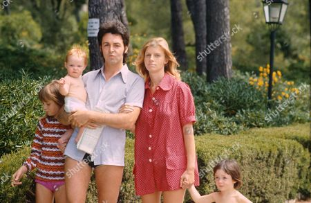 PAUL AND LINDA MCCARTNEY AND FAMILY - 1972