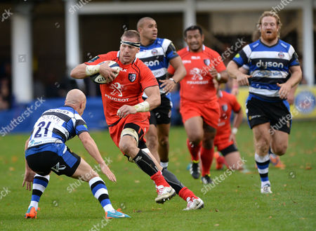 Imanol Harinordoquy of Toulouse with the ball faces (L) Peter Stringer of Bath