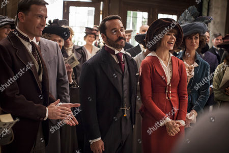Jeremy Piven as Harry Selfridge and Frances O'Connor as Rose.