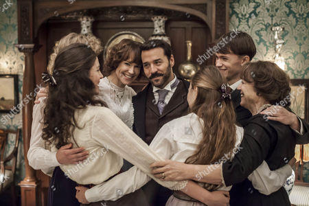 Jeremy Piven as Harry and Frances O'Connor as Rose Selfridge with his family.