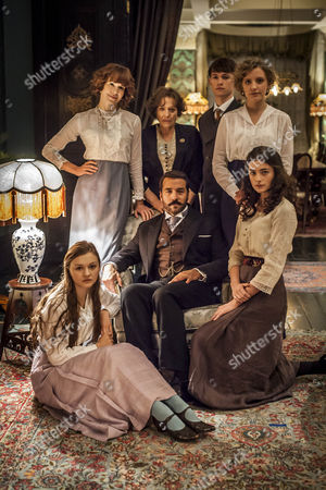 Stock Image of Jeremy Piven as Harry and Frances O'Connor as Rose Selfridge with their family.
