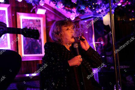 Marianne Faithfull smoking an e-cigarette