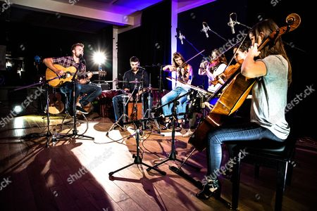 Stock Image of Ryan Keen with The Cosmopolitan Quartet (Violins: Lison Favard, Clara Danchin, Viola: Jordan Bergmans, Cello: Maia Collette) at Gibson Studios London