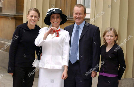 Mrs Jane Tomlinson OBE with her husband Mike and daughters Suzanne (18) and Rebecca (15)