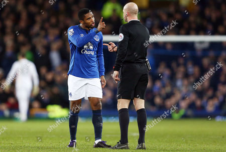 Samuel Eto'o of Everton points his finger at referee Mr Anthony Taylor before been booked