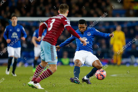 Samuel Eto'o of Everton shoots