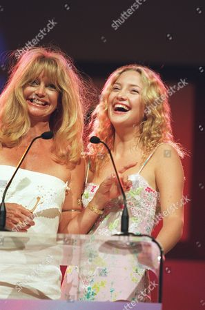 20000609  Los Angeles Goldie Hawn and Kate Hudson at the Women In Film 24th Annual Crystal Awards Luncheon at the Century Plaza Hotel and hosted by the mother-daughter team of Goldie Hawn and Kate Hudson. Photo®Eric Charbonneau/BEI    A005753-16