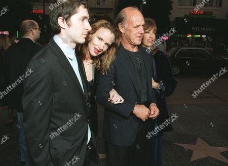 """8/29/00 Hollywood, CA Juliette Lewis with husband Steve Berra and her Father at the Los Angeles Premiere of Artisan Entertainment's  """"The Way Of The Gun""""  at the Egyptian Theatre in Hollywood, CA. Photo®Eric Charbonneau/Berliner Studio /BEI A008393_24"""