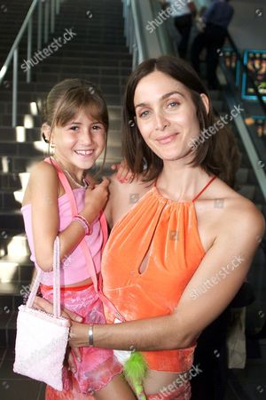 August 21, 2000-Miami, Fl Carrie-Anne Moss and Samantha Kurzman (who plays a young Carrie-Ann Moss) in the movie  at The World Premiere  of Touchstone Pictures 'The Crew'. Photo by Eric Charbonneau®Berliner Studio/BEImages