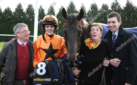 L-R Len Jakeman, Lizzie Kelly and Jane Williams with Tea For Two after victory in the William Hill Lanzarote Handicap Hurdle at Kempton.