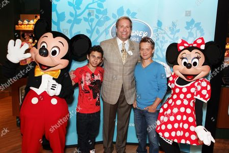SANTA MONICA, CA - AUGUST 06: Mickey, Moises Arias, President of Disney Store Worldwide - Jim Fielding, Jason Earles and Minnie at the Opening of the new Disney Store at Santa Monica Place on August 05, 2010 at Santa Monica Place in Santa Monica, California.