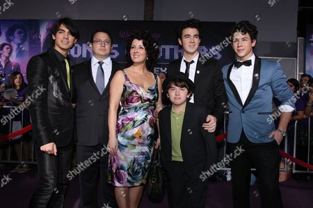 HOLLYWOOD, CA - FEBRUARY 24: Joe Jonas, Kevin Jonas Sr., Denise Jonas, Frankie Jonas, Kevin Jonas and Nick Jonas at the World Premiere of Walt Disney Pictures' 'Jonas Brothers: The 3D Concert Experience' on February 24, 2009 at the El Capitan Theatre in Hollywood, California.