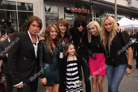 HOLLYWOOD, CA - APRIL 02: Billy Ray Cyrus, Miley Cyrus, Noah Lindsey Cyrus, Braison Cyrus, Trace Cyrus, Brandi Cyrus and Tish Cyrus at the World Premiere of Walt Disney Pictures 'Hannah Montana The Movie' on April 02, 2009 at the El Capitan Theatre in Hollywood, California.