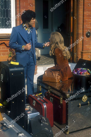 ALAN OSMOND AND WIFE SUZANNE LEAVING THE OSMONDS HIDEAWAY HOUSE OUTSIDE LONDON, BRITAIN - SEP 1974