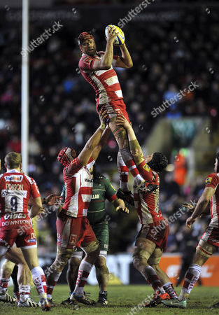 Tom Palmer of Gloucester Rugby claims the ball at a lineout