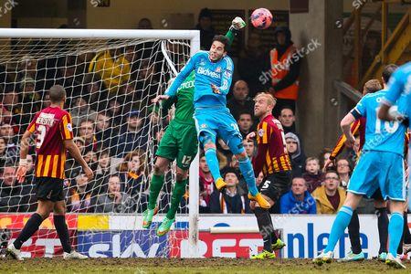 Sunderland's Ricky Alvarez challenges Bradford City's Ben Williams