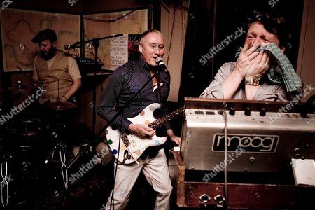Simon Hanson, Dennis Greaves and Glenn Tilbrook performing