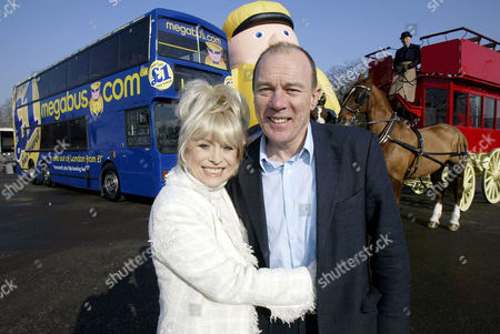 BARBARA WINDSOR, WHOSE FATHER WAS A BUS CONDUCTOR, LAUNCHING THE GROUND BREAKING SERVICE WITH BRIAN SOUTER, STAGECOACH CHIEF EXECUTIVE. A TRIP ON HORSE DRAWN CARRIAGE BETWEEN OXFORD AND LONDON OVER 100 YEARS AGO WOULD HAVE COST THE EQUIVALENT OF £40.00 IN TODAY'S MONEY