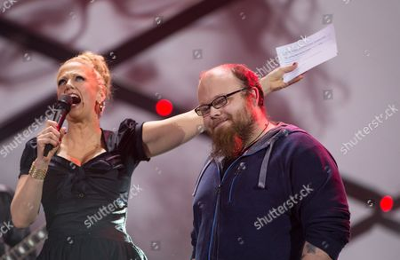 Presenter Barbara Schoneberger announcing Andreas Kümmert as the winner