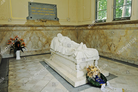 Grave figure of Queen Louise of Prussia, Princess of Mecklenburg-Strelitz, in the Luisentempel temple in the palace gardens, copy of the original by Christian Daniel Rauch, Neustrelitz, Mecklenburg Lake District, Mecklenburg-Western Pomerania, Germany, Europe