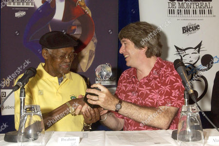 Ibrahim Ferrer receiving the Antonio Carlos Jobim Award from Alain Simard