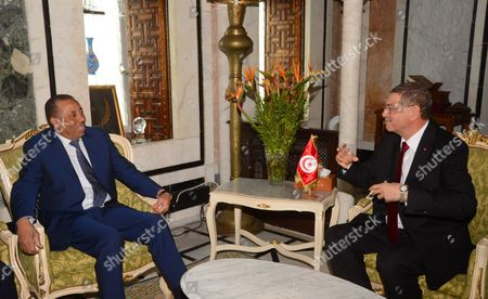 Tunisian Prime Minister Habib Essid (R) meets with Prime Minister Abdullah al-Thinni at the Government Palace in Tunis