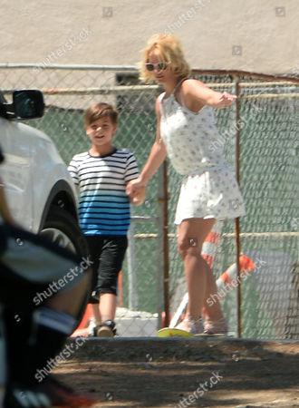 Britney Spears skateboarding, helped by her son Sean Federline