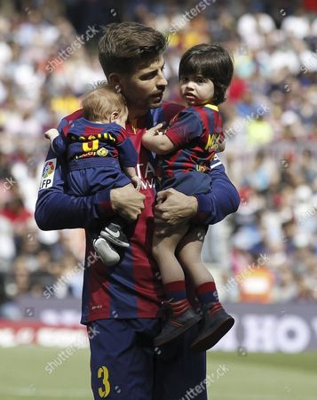 Gerard Pique holds his two sons Milan Pique Mebarak (R) and Sasha Pique Mebarak (L)