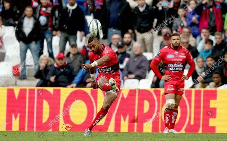 Toulon's Delon Armitage misses a late penalty