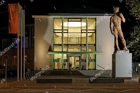 House of the tradition-rich artist association 'Malkasten', monumental David sculpture by Hans-Peter Feldmann, Duesseldorf, Rhineland, North Rhine-Westphalia, Germany, Europe