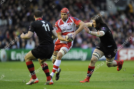 Tom Palmer of Gloucester Rugby looks to go between Ben Toolis and Tim Visser of Edinburgh Rugby