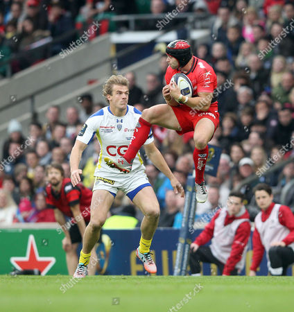 Toulon's Leigh Halfpenny takes a high ball as Clermont's Aurelien Rougerie covers  Clermont Auvergne v RC Toulon - European Champions Cup Final - 02/05/2015 - Twickenham  Stadium - London Mandatory Credit : Andrew Fosker / Seconds Left Images