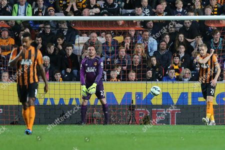 Steve Harper and Michael Daswon of Hull City look dejected after conceding the second goal. 0-2