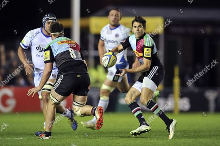 Ollie Lindsay-Hague of Harlequins passes the ball
