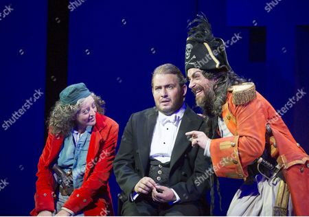 Rebecca de Pont Davies as Ruth, Robert Murray as Frederic, Joshua Bloom as The Pirate King,