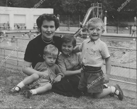 Mrs Margaret Anne Kahan Who Was Found Not Guilty Of The Manslaughter Of Her Son Ivor Aged Five. She Is Pictured Here With Her Three Other Children David Elaine And Stephen. Box 0557 040315 00467a.jpg.