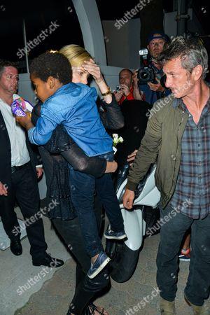 """Sean Penn, Charlize Theron and their son Jackson Theron leave the restaurant """"Chez Tetou"""" the Gulf"""