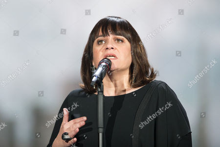 """Lisa Angell of France performs her Song """"N'oubliez pas"""""""